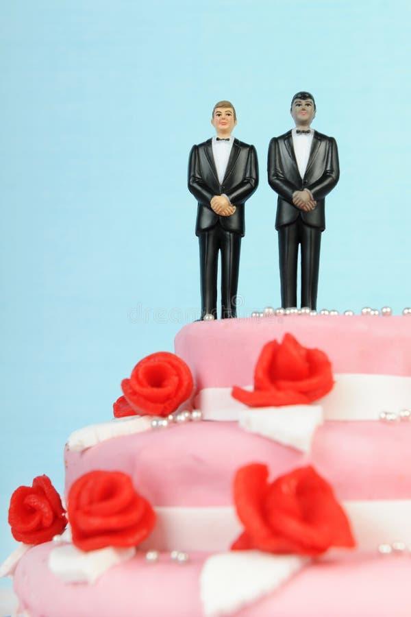 Bolo de casamento com pares alegres imagem de stock royalty free