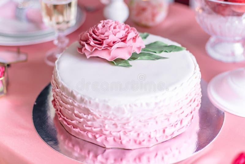 Bolo de casamento cor-de-rosa foto de stock