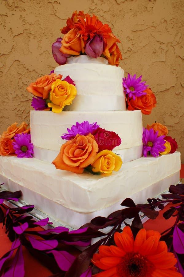 Bolo de casamento decorado imagens de stock