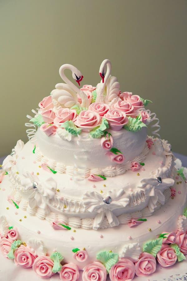 Bolo de casamento decorado com as rosas cor-de-rosa frescas. fotografia de stock royalty free