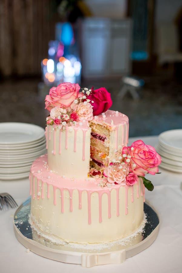 Bolo de casamento decorado com rosas vermelhas fotos de stock royalty free