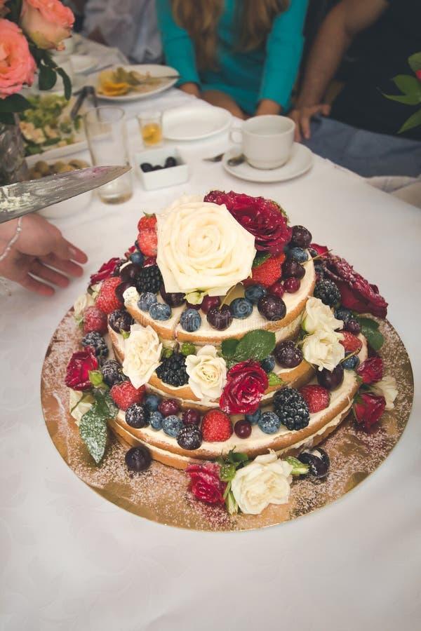 Bolo de casamento decorado por frutos e por flores imagem de stock royalty free