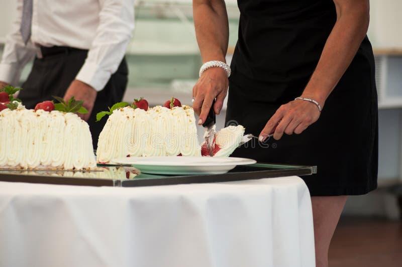 bolo de casamento do corte da mulher na sala de recepção foto de stock royalty free