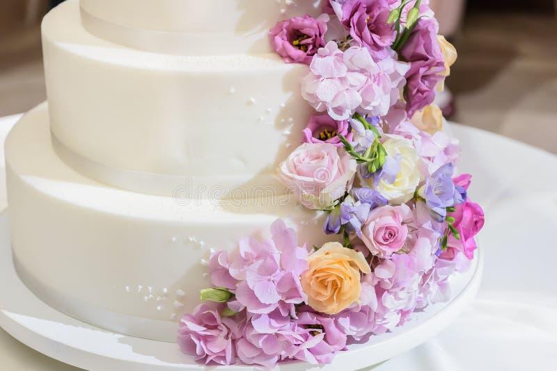 Bolo de casamento espetacular com flor natural fotografia de stock royalty free