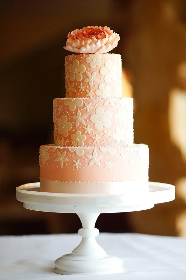 Bolo de casamento festivo de diversas séries imagem de stock