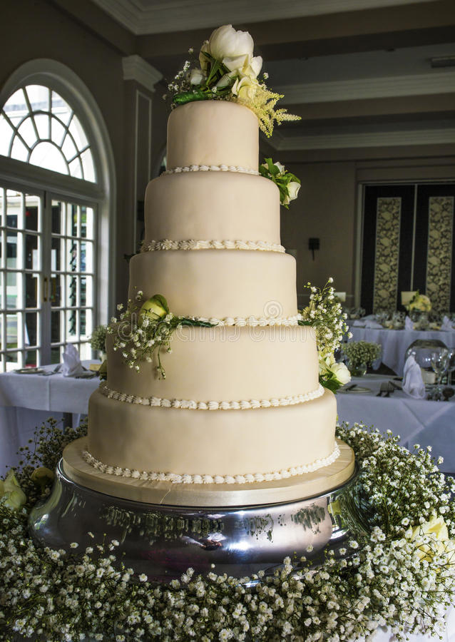 Bolo de casamento impressionante foto de stock