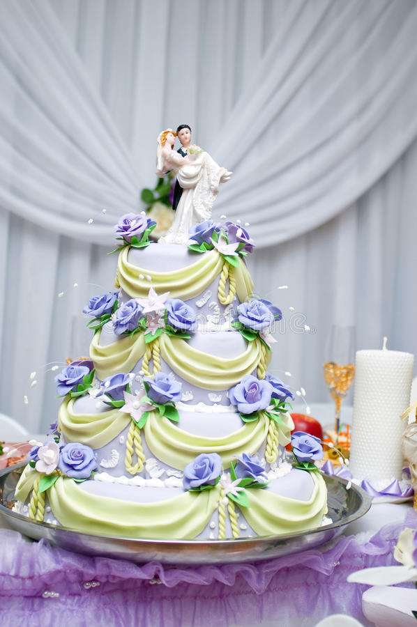 Bolo de casamento mergulhado fotos de stock royalty free
