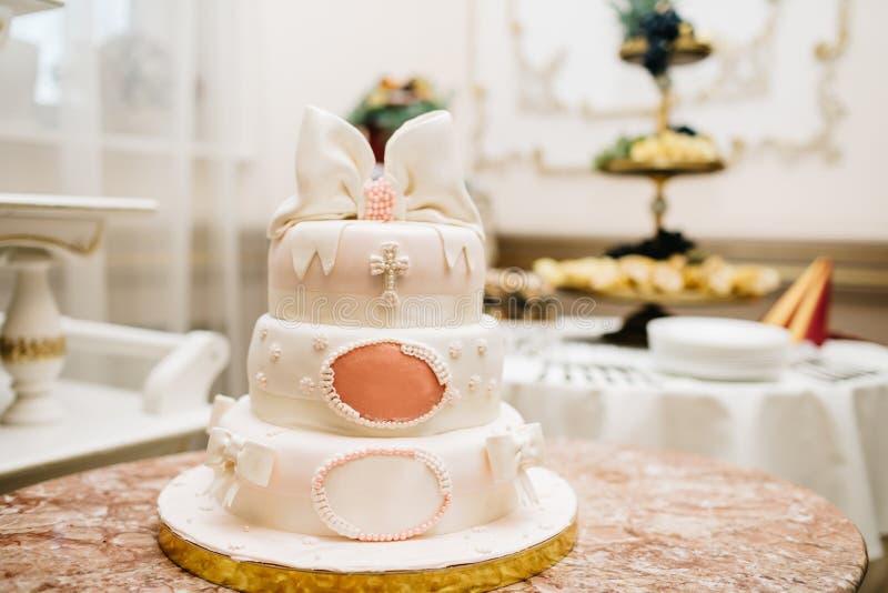 Bolo de casamento multinível doce grande decorado com flores E imagens de stock royalty free
