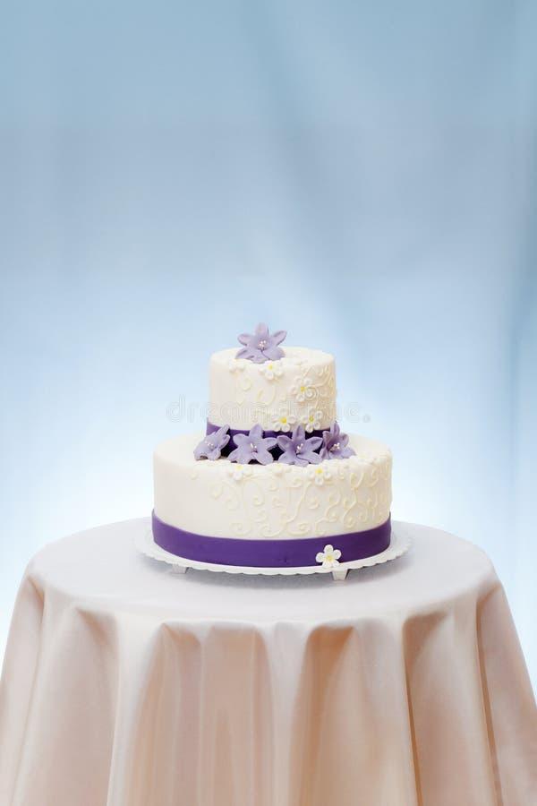 Bolo de casamento na tabela imagem de stock