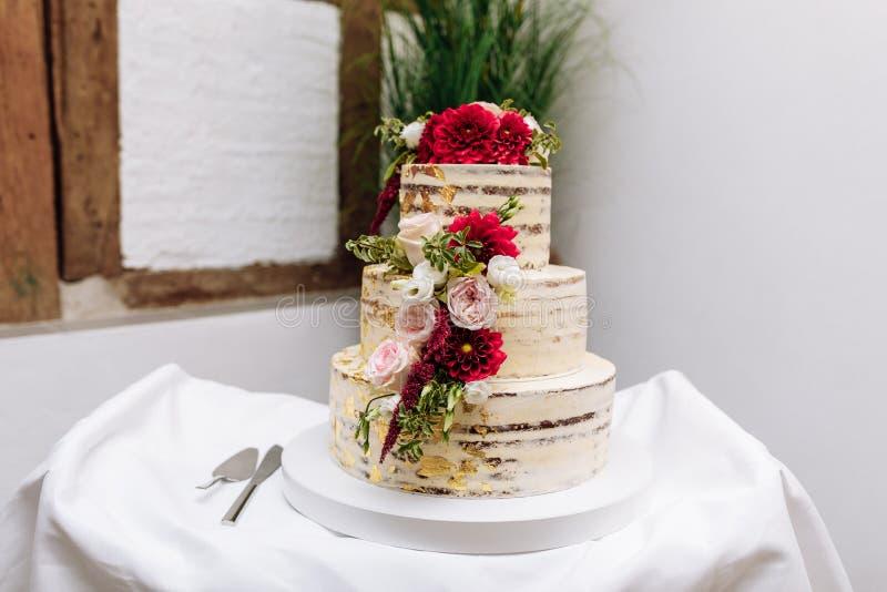 Bolo de casamento na tabela Imagem doce colorida bonita do close up da decoração do queque do bolo de casamento no espaço de even foto de stock royalty free