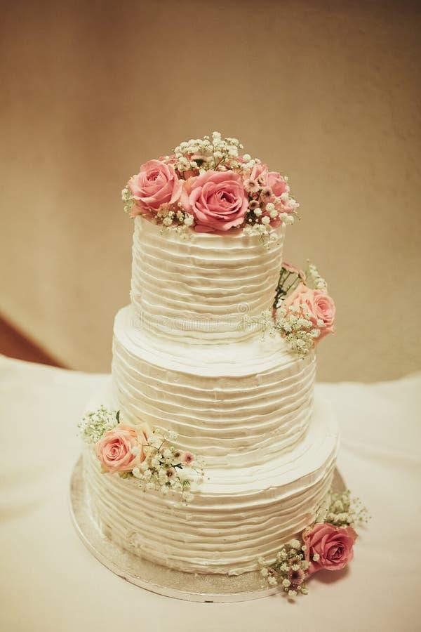 Bolo de casamento na tabela Imagem doce colorida bonita do close up da decoração do queque do bolo de casamento no espaço de even imagens de stock