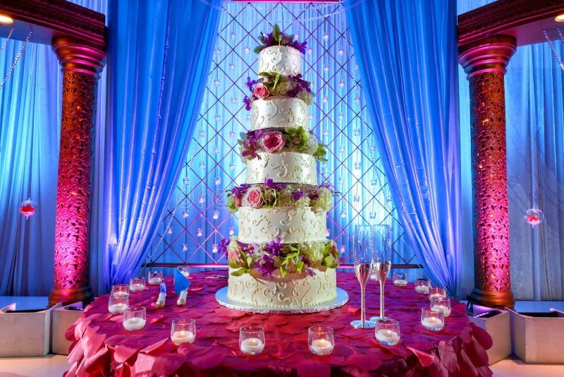 Bolo de casamento no casamento indiano imagens de stock