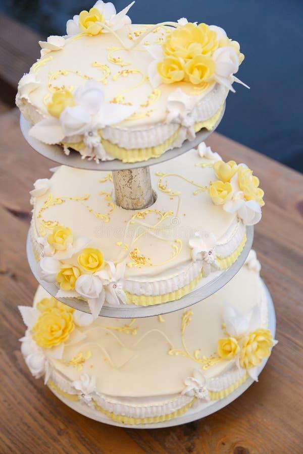 Bolo de casamento saboroso com flores imagem de stock