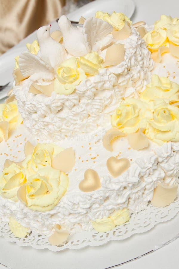 Bolo de casamento saboroso com pombas imagens de stock