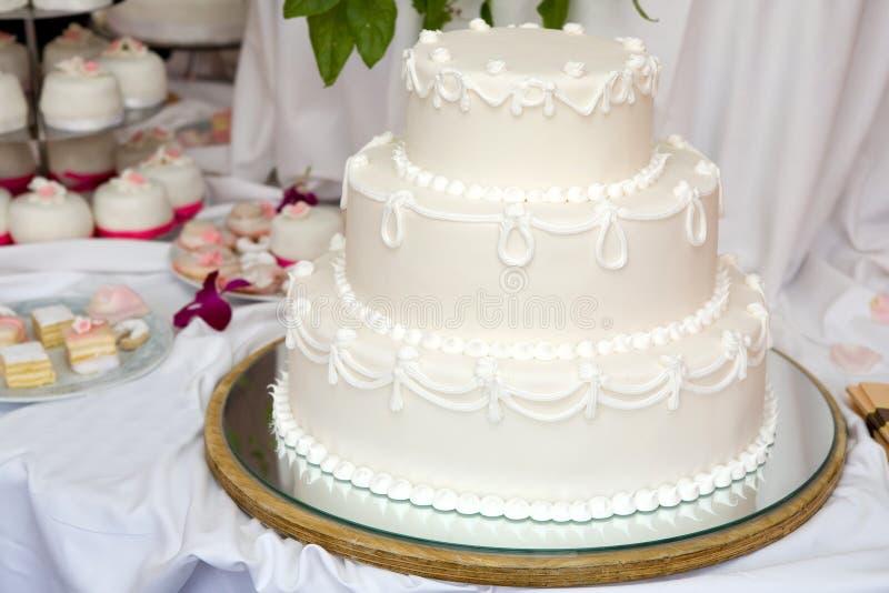 Bolo de casamento três estratificado fotos de stock