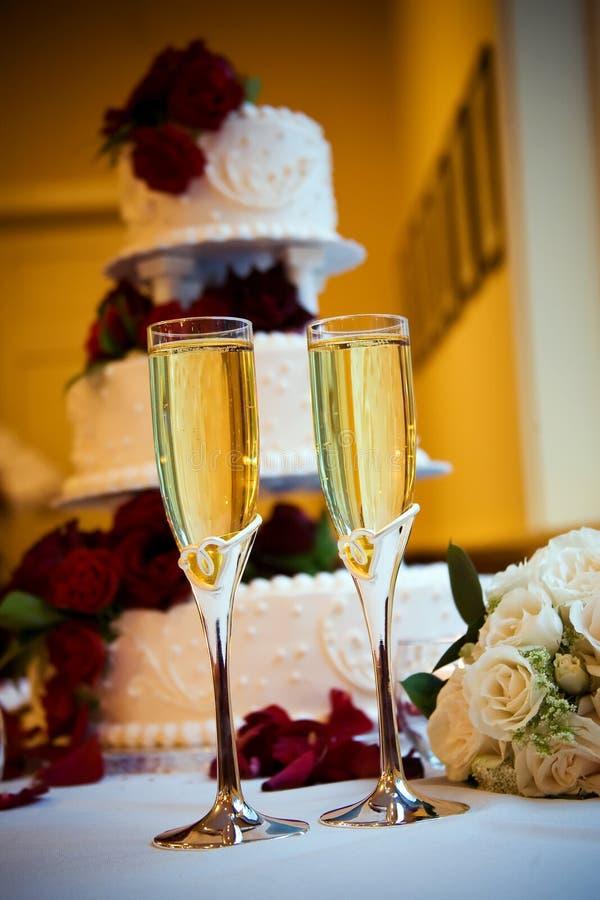 Bolo de Champagne e de casamento fotografia de stock