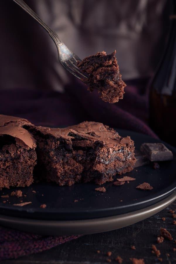 Bolo de chocolate Brownie sobre fundo de moda escura foto de stock royalty free