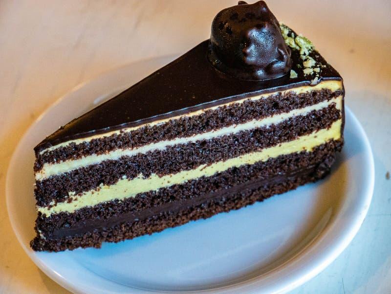 Bolo de chocolate caseiro - brownies na placa branca na tabela imagem de stock