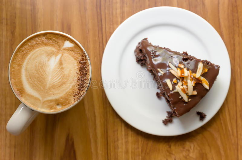 Bolo de chocolate com café fotografia de stock