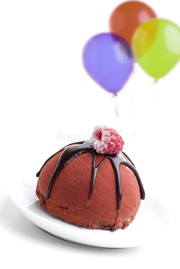 Bolo de chocolate com cobertura da framboesa imagem de stock