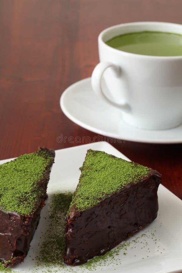 Bolo de chocolate com pó do chá verde foto de stock