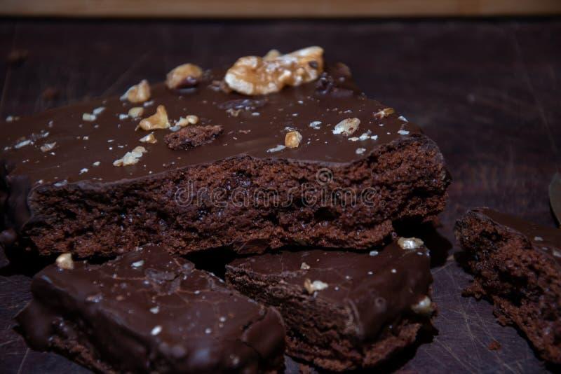 Bolo de chocolate com porcas, delicioso e fácil fazer fotos de stock royalty free