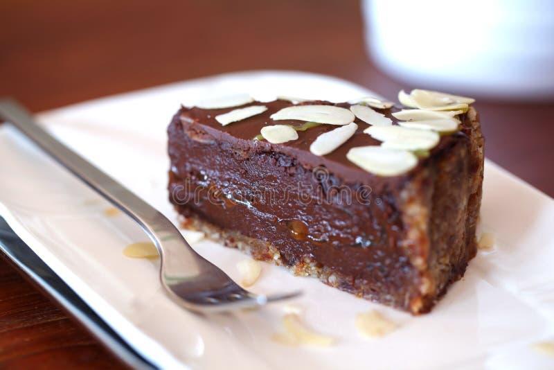 Bolo de chocolate cru do vegan com ganache e amêndoas fotografia de stock royalty free