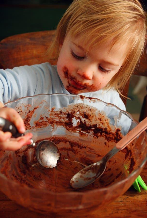 Bolo de chocolate da criança imagens de stock royalty free