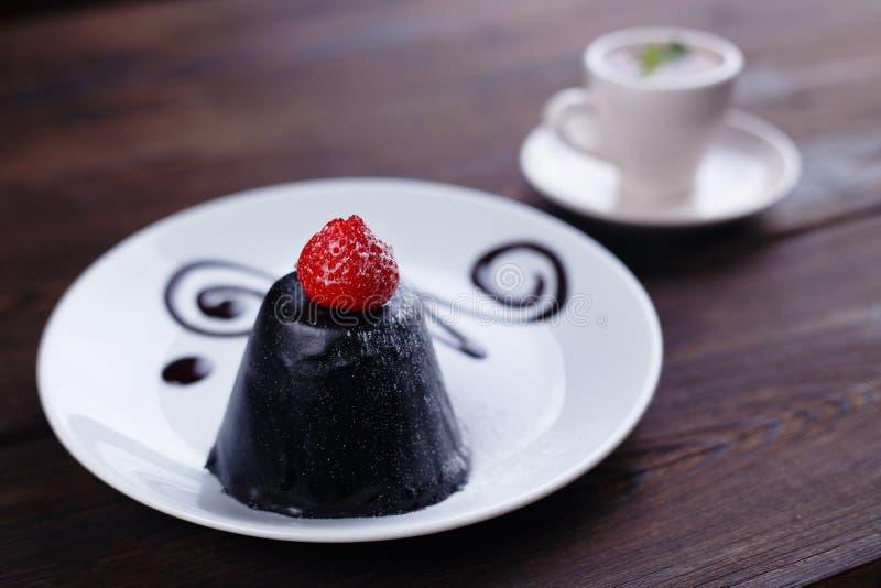 Bolo de chocolate da musse decorado com morango foto de stock royalty free