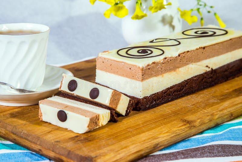 bolo de chocolate da Três-camada fotos de stock royalty free