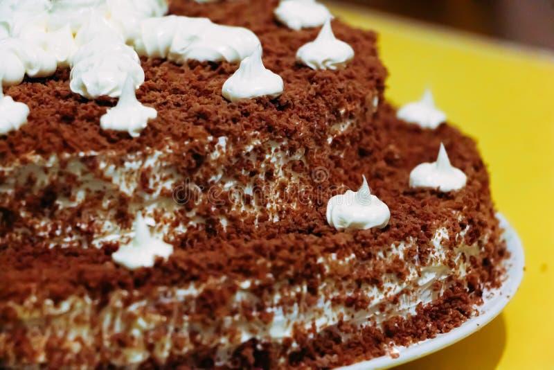 Bolo de chocolate decorado com creme branco fotos de stock