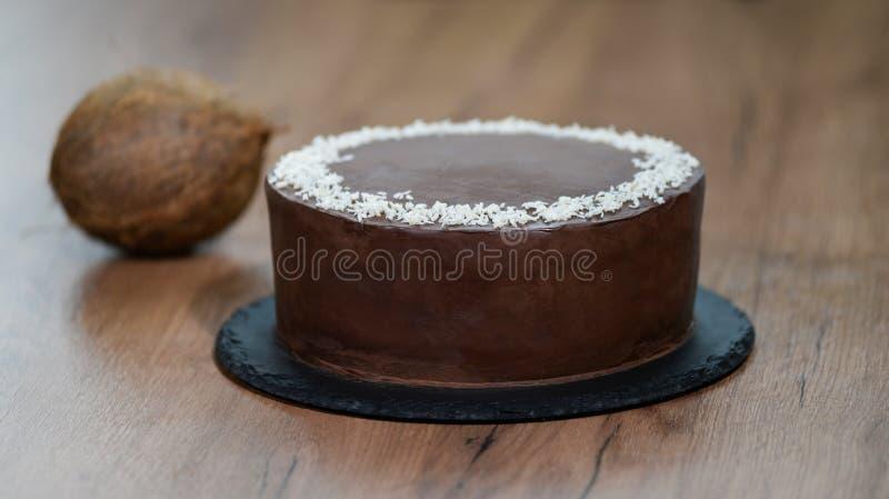 Bolo de chocolate delicioso polvilhado com o coco na parte superior imagem de stock royalty free