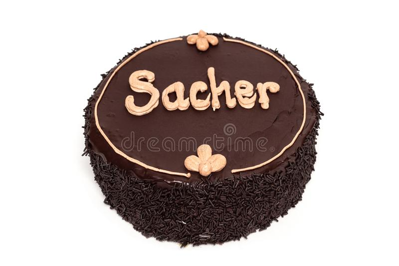 Bolo de chocolate delicioso de Sacher isolado no fundo branco imagem de stock