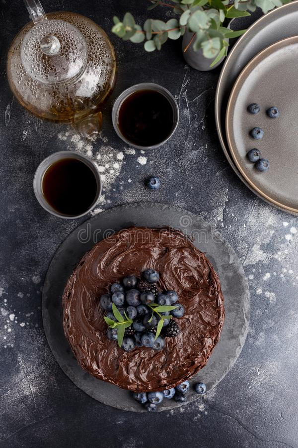 Bolo de chocolate do feriado da vista superior fotografia de stock