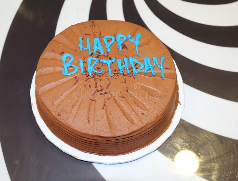 Bolo de chocolate do malte com texto do feliz aniversario fotos de stock