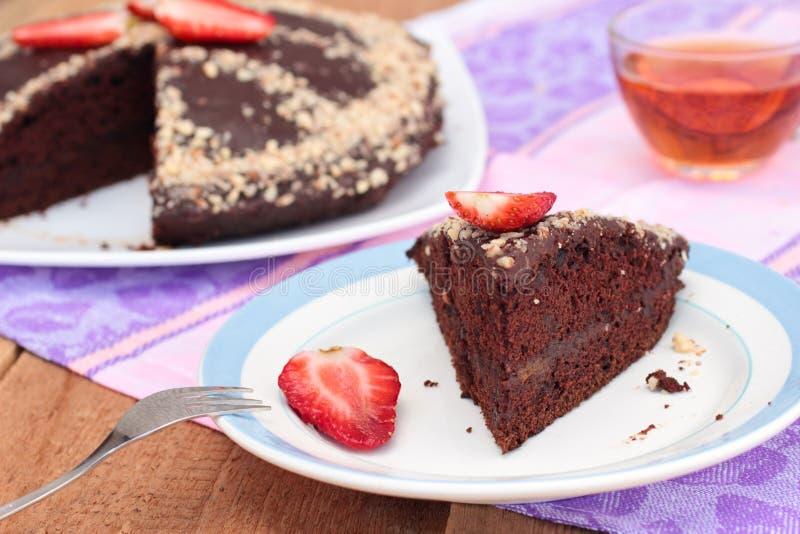 Bolo de chocolate do vegetariano com amêndoas e morango. Prato quaresmal fotos de stock royalty free