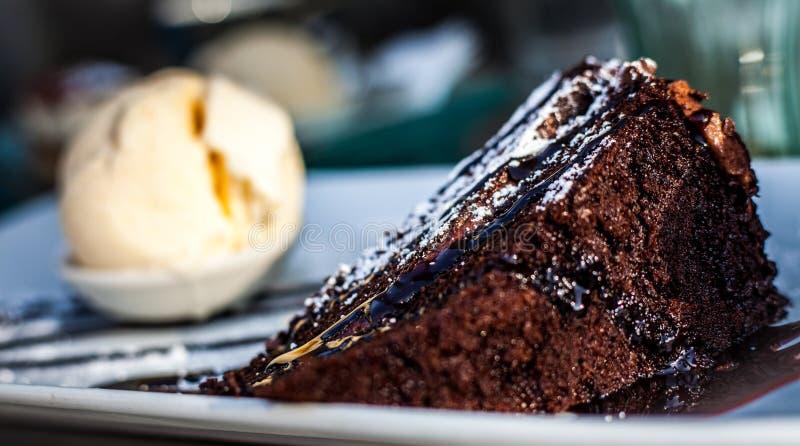 Bolo de chocolate e sorvete foto de stock