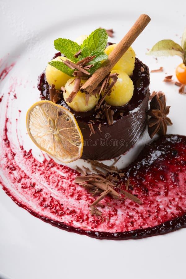 Bolo de chocolate elegante fotos de stock royalty free