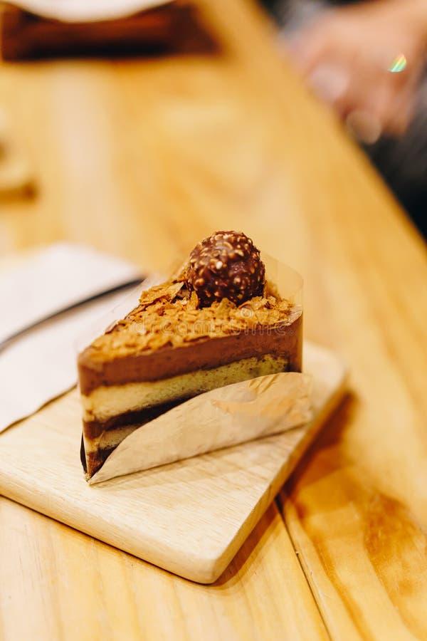 bolo de chocolate em café fotos de stock royalty free