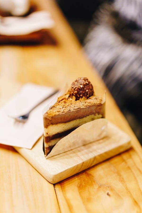 bolo de chocolate em café foto de stock