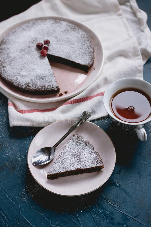 Bolo de chocolate Kladdkaka com um copo do chá imagens de stock royalty free