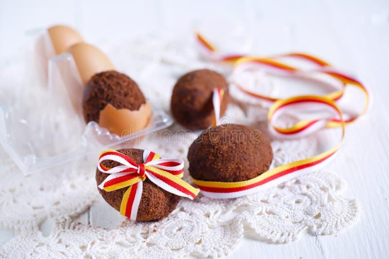 Bolo de chocolate na forma do ovo da páscoa amarrada com fita fotografia de stock royalty free