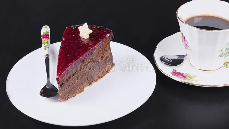 Bolo de chocolate na placa branca imagem de stock