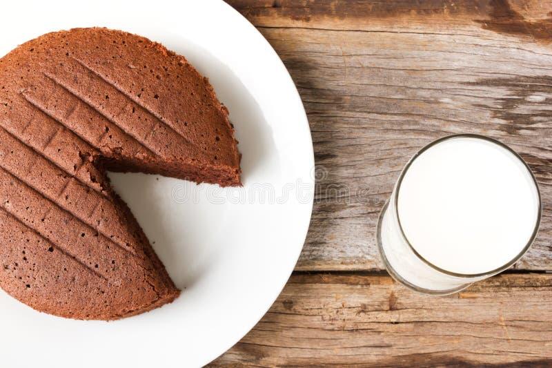 Bolo de chocolate na placa branca foto de stock royalty free