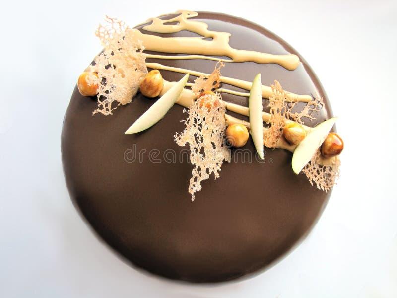 Bolo de chocolate de noz de Apple e do caramelo no fundo branco fotos de stock