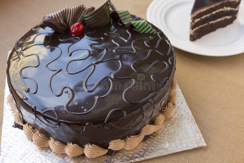 Bolo de chocolate pronto para comer imagens de stock royalty free