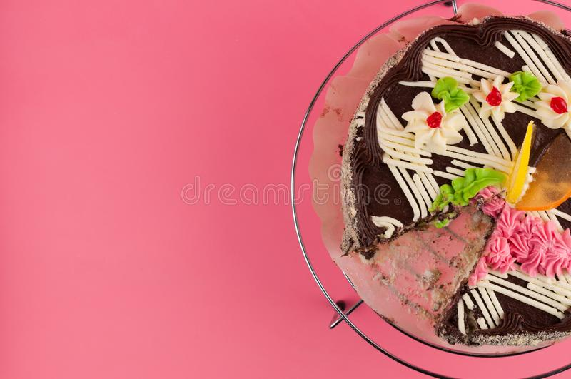 Bolo de chocolate redondo saboroso dissecado na grade brilhante do metal imagens de stock royalty free