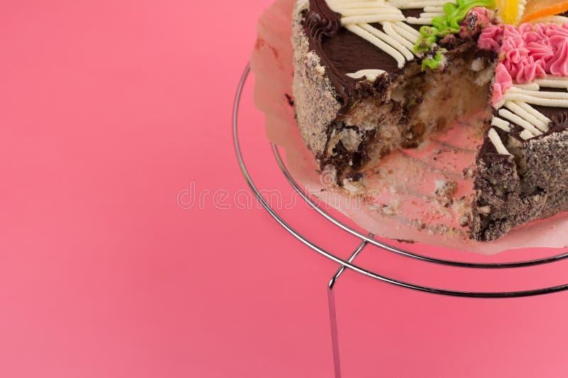Bolo de chocolate redondo saboroso dissecado na grade brilhante do metal fotografia de stock