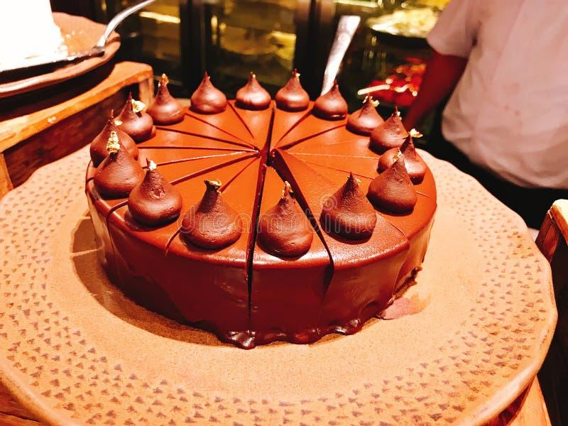 Bolo de chocolate saboroso no bufete do hotel foto de stock royalty free