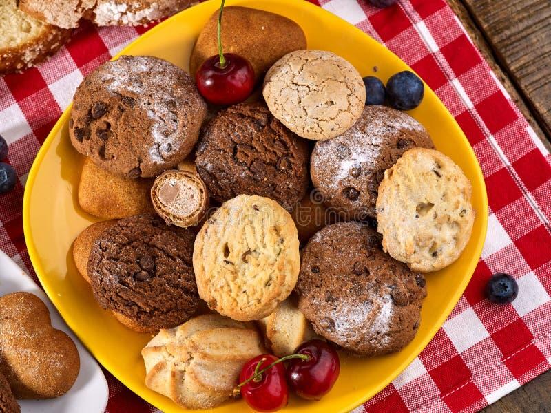 Bolo de cookies de farinha de aveia e de chocolate da areia com o alargamento do sol dos mirtilos fotografia de stock